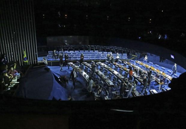 Senado fica às escuras quando Eunicio Oliveira manda apagar as luzes, após senadoras da oposição ocuparem a mesa da presidência durante sessão da reforma trabalhista (Foto: Antonio Cruz/Agência Brasil)