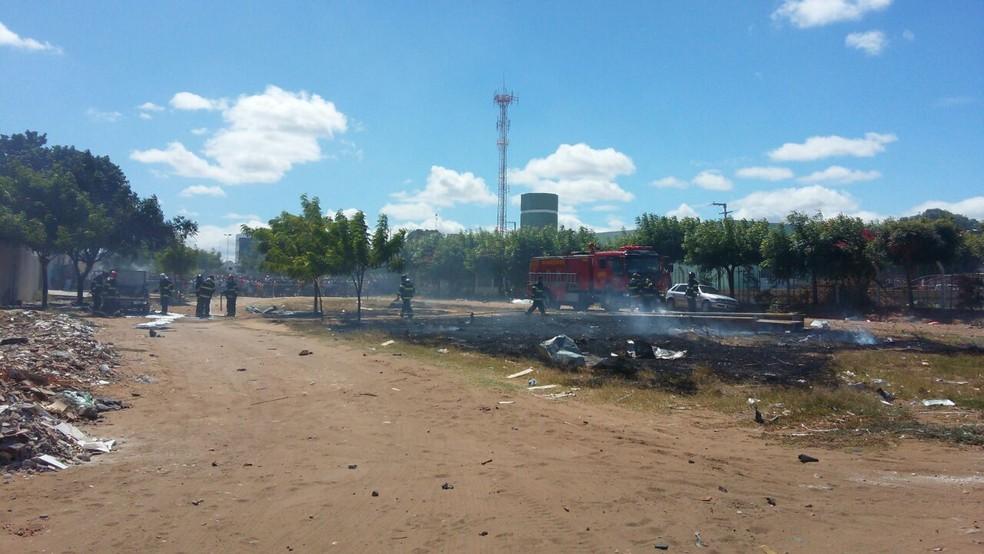 30 homens do Corpo de Bombeiros foram acionados para apagar as chamas (Foto: Aracelly Romão / TV Grande Rio)