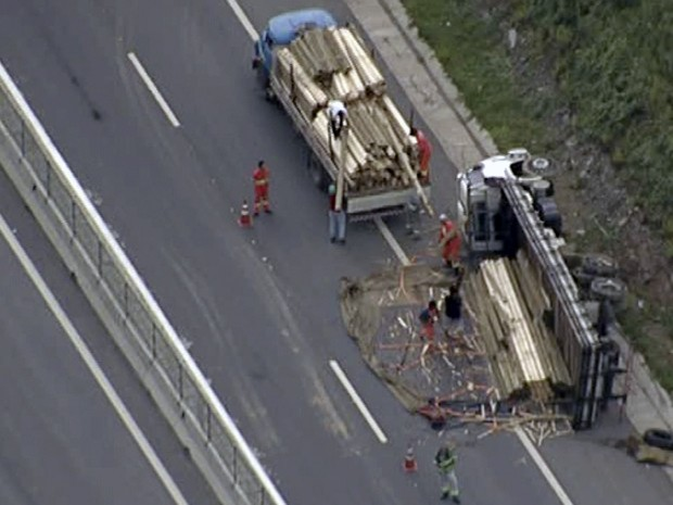 Caminhão tomba na Rodovia dos Tamoios (Foto: Reprodução/ TV Vanguarda)