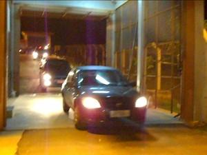 Acusados deixaram o presídio em carros separados - alta (Foto: Fernando Ramos/Agência RBS)