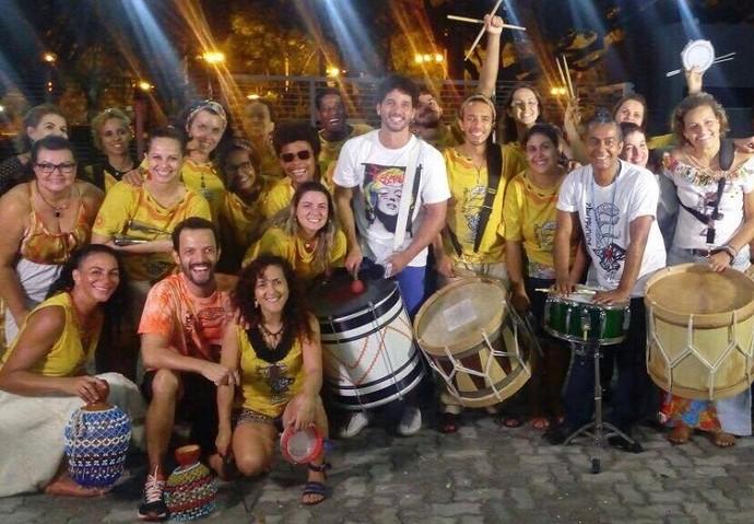 Repórter Brucce Cabral se jogou na percussão com o grupo Burundanga (Foto: Fernando Petrônio)