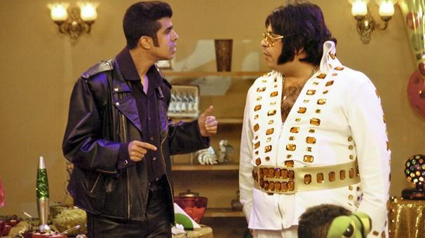 Jorginho e Pedrão organizam uma festa à fantasia e se caracterizam de Elvis Presley (Foto: Blenda Gomes/Globo)