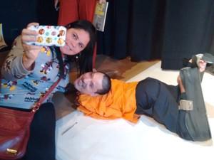 Claudio tirou selfies com admiradores durante lançamento de livro em Salvador (Foto: Alan Tiago Alves/G1)
