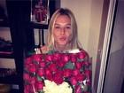 Aniversariante do dia, Fiorella Mattheis ganha flores e declaração de Pato