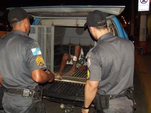 Pai foi contido por quatro homens e detido em seguida em Itaperuna (Foto: Renato Freitas/Blog Adilson Ribeiro)