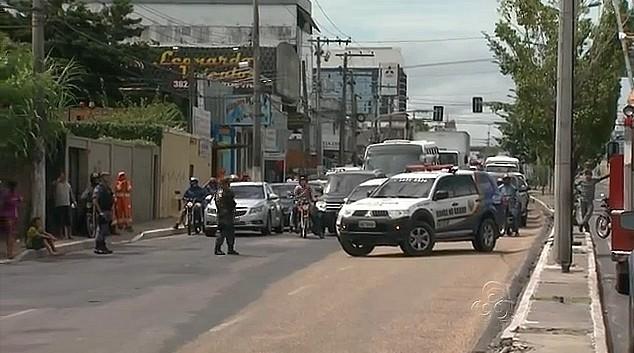 Uma das avenidas mais movimentadas de Manaus foi interditada para resgate do macaco (Foto: Jornal do Amazonas)