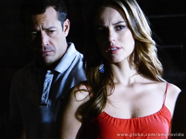 Lá dentro da sala revirada, eles escutam o que ela tem a dizer (Foto: Amor à Vida / TV Globo)