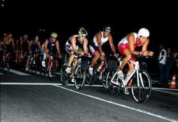 Triatletas na parte do ciclismo do Short IronMoon, que teve 16km (Foto: Arquivo)