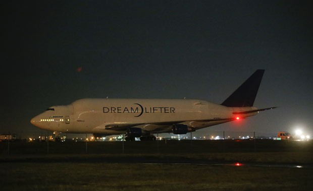 Boeing 747 LCF Dreamlifter estacionado no aeroporto da cidade americana de Wichita na noite desta quarta (20) (Foto: AP/Wichita Eagle)