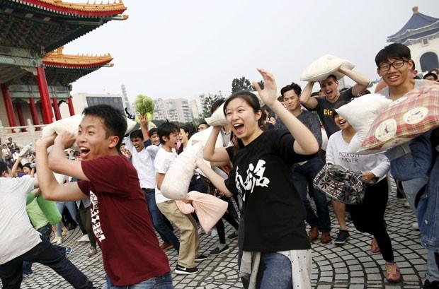 Participantes durante guerra de travesseiros em Taipei, em Taiwan (Foto: Tyrone Siu/Reuters)