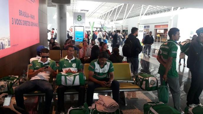 No aeroporto de Brasília, time espera embarque para Porto Alegre (Foto: Paulo Vitor/Tocantinópolis)