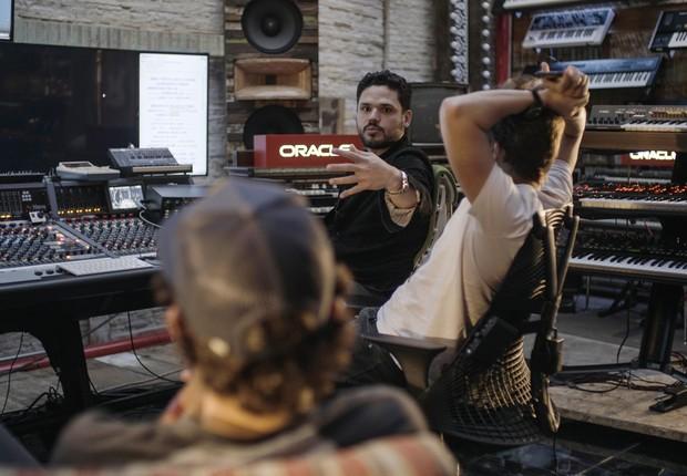 Produtor Dudu Borges no estúdio para produzir uma música a partir das ferramentas e soluções de big data da Oracle (Foto: Divulgação)