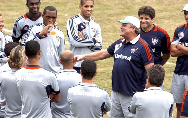 Abel Braga conversa com o time do Fluminense (Foto: Marcos Tristão / Agência O Globo)