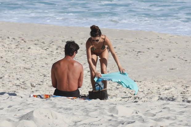 Isis Valverde com o namorado (Foto: AgNews)