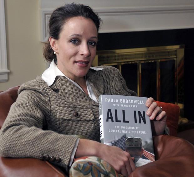 Paula Broadwell escreveu a biografia de David Petraeus e se envolveu com o general, o que culminou na renúncia do militar (Foto: AP)