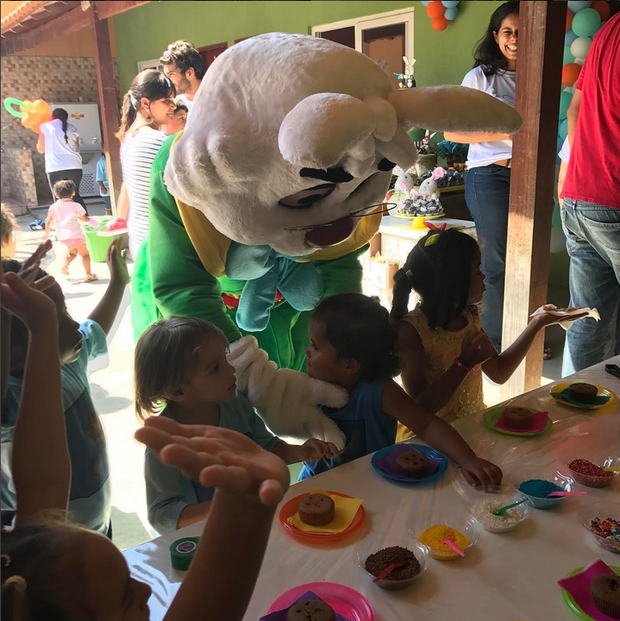 Personagem vivo alegre crianças em orfanato (Foto: Reprodução/Instagram)