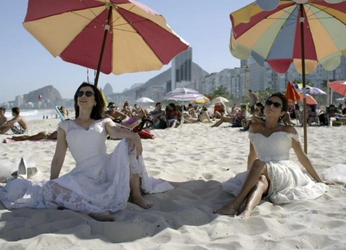 Fátima e Sueli aproveitam praia em final de 'Tapas & Beijos' (Foto: TV Globo)