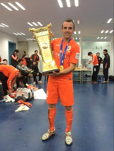 Montillo e Love Taça de campeão (Foto: Reprodução / Twitter)