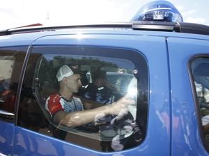 Torcedor russo é levado por carro da polícia (Foto: REUTERS/Eric Gaillard)
