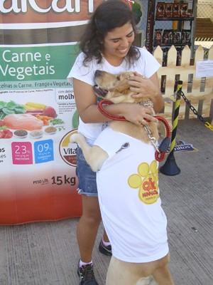 Ellen Mendonça mostra muito carinho com 'Mel', uma labrador (Foto: Lenno Edroaldo/G1)