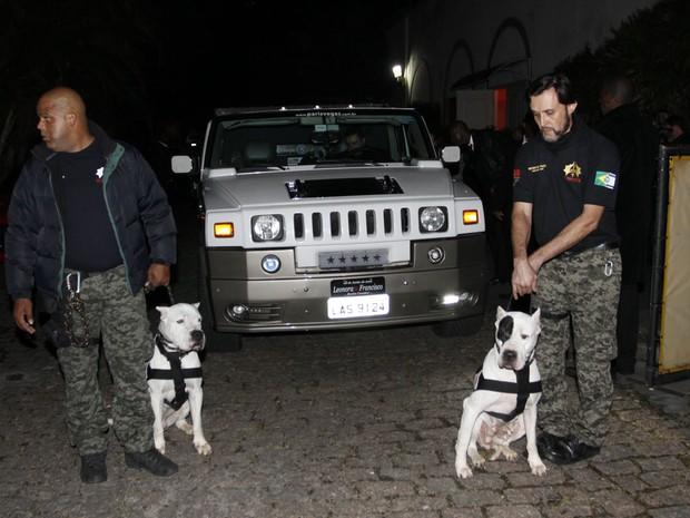 Cães de guarda no casamento de Léo Áquilla e Chico Campadello em São Paulo (Foto: Celso Tavares/ EGO)