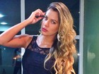 Ex-BBB Adriana usa saia curtíssima para badalar