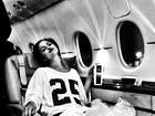 Selena Gomez posta foto com bolsas de gelo nos joelhos em avião