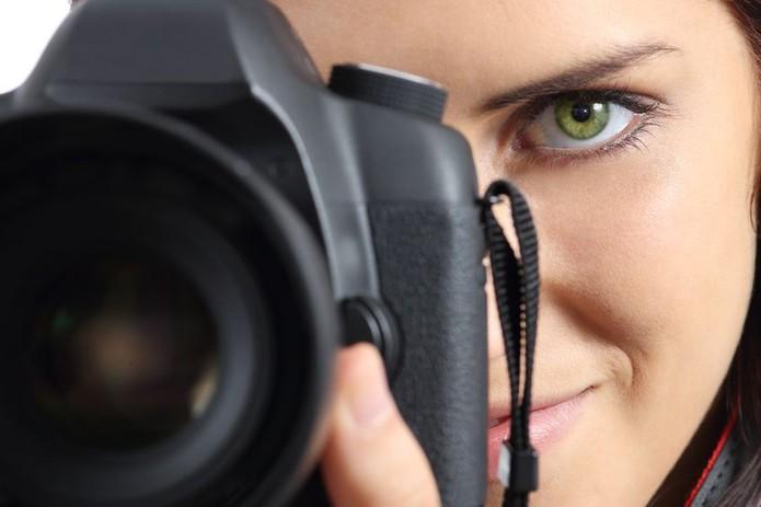 Mulher Fotografando Foto Câmera (Foto: Pond5)