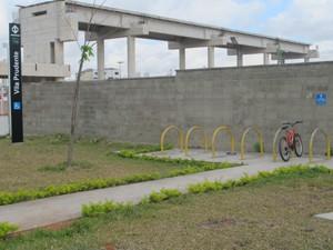 Suporte para bicicletas fica na parte externa da estação (Foto: Nathália Duarte/G1)