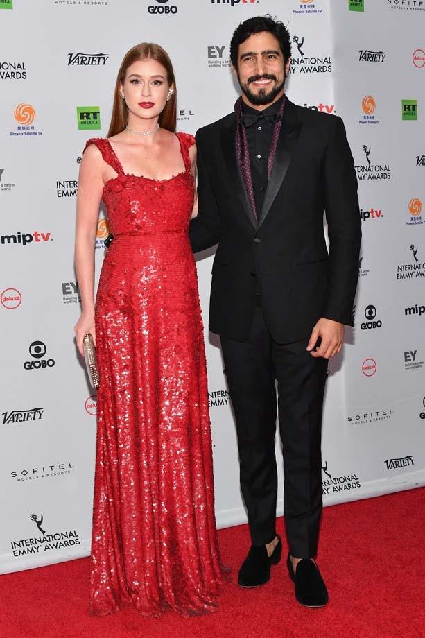 O ator Renato Góes apresentou o prêmio ao lado de Marina Ruy Barbosa (Foto: Getty Images)