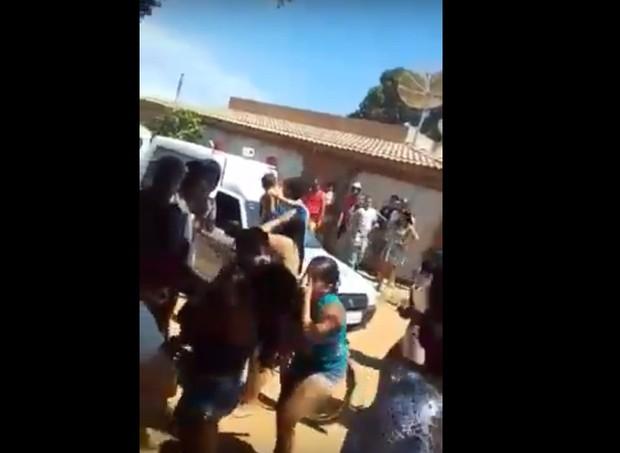 Pais se desesperam na rua da creche durante o incêndio    (Foto: Reprodução/Youtube)