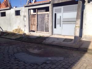 Duas pessoas foram baleadas em rua de Jundiapeba. (Foto: Tatiane Santos/TV Diário)