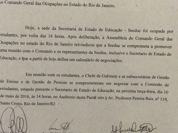 Secretaria de Educação fez documento e entregou a alunos durante ocupação (Foto: Daniel Silveira/G1/Reprodução)