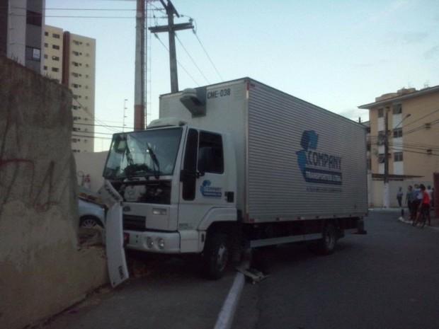 Motorista do caminhão saiu ileso do acidente (Foto: Paulo Victor Malta/GloboEesporte.com)