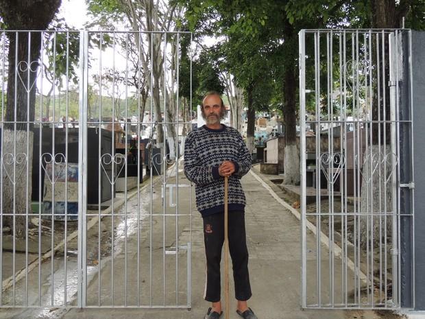 Popó é o anfitrião do cemitério de Brotas, em Santa Isabel (SP) (Foto: Jamile Santana/G1)