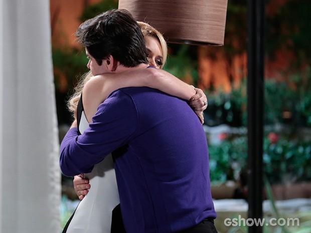 Pamela abraça o marido e acaba ficando ao seu lado (Foto: Felipe Monteiro / TV Globo)