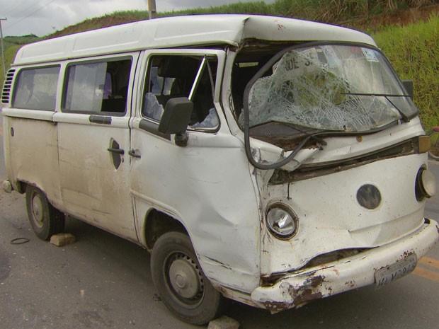 Motorista da Kombi fugiu do local após a colisão (Foto: Reprodução / TV Globo)