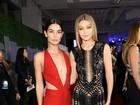 Lily Aldridge e Gigi Hadid arrasam em tapete vermelho com looks ousados