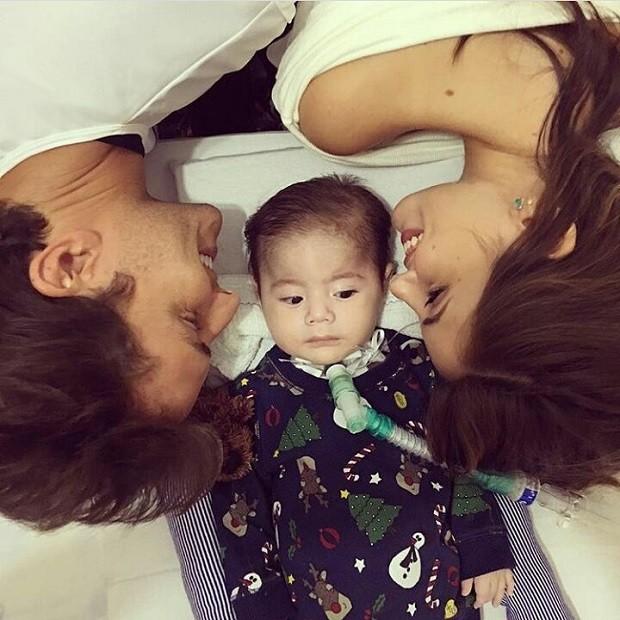 Klebber Toledo e Camila Queiroz com Joaquim (Foto: Reprodução/Instagram)