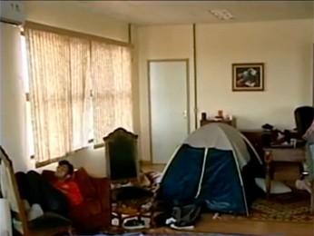 Alunos chegaram a montar barraca no gabinete do reitor da UFPel  (Foto: Reprodução/RBS TV)