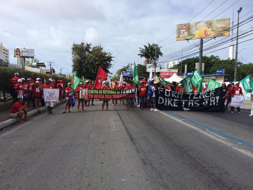 Integrantes de sindicatos e movimentos sociais levaram faixas em protesto em Maceió contra o governo de Michel Temer (Foto: Michelle Farias/G1)