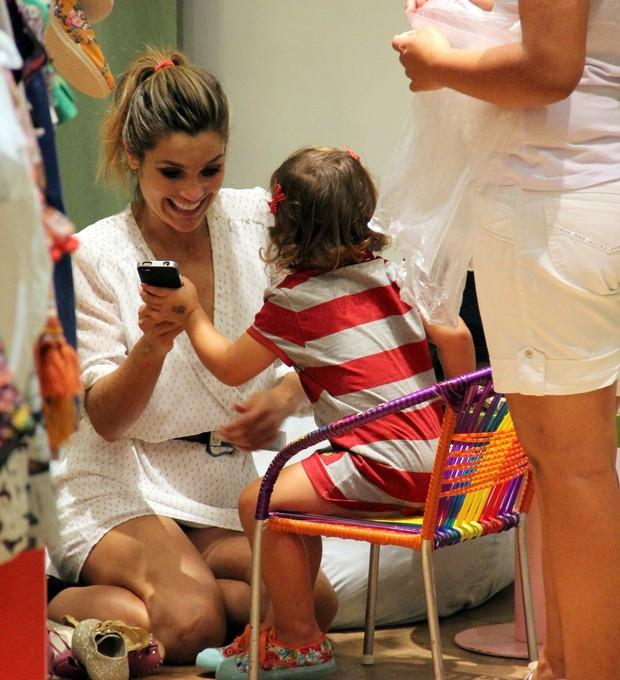 Flávia Alessandra com as filhas em shopping do Rio (Foto: Marcus Pavão / AgNews)