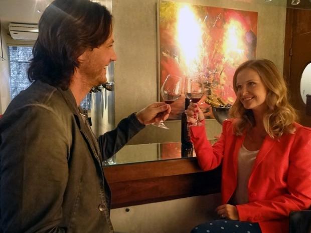 Em sua primeira semana, Virgínia conhece Arthur em uma degustação de vinhos (Foto: Maria Eduarda Freitas/Gshow)