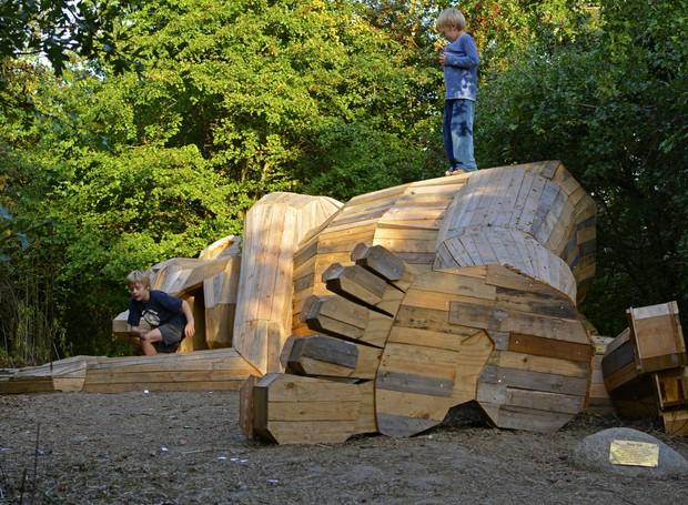 esculturas-gigantes-de-madeira-thomas-dambo-dinamarca-sleeping-louis (Foto: Reprodução/Thomas Dambo)