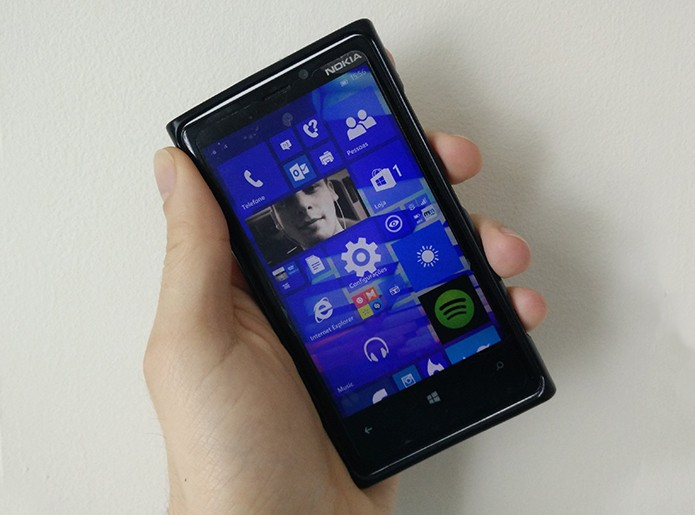 Windows 10 para smartphones é feito para ser usado por toques e tem suporte apenas a apps da loja (Foto: Elson de Souza/TechTudo)