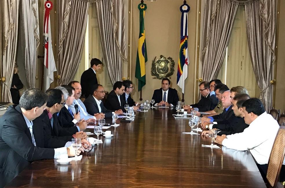 Governador Paulo Câmara (PSB) assinou decreto de criação do Bope nesta terça-feira (6) (Foto: Thays Estarque/G1)