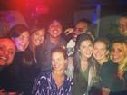 Fernanda Paes Leme comemora aniversário com famosos