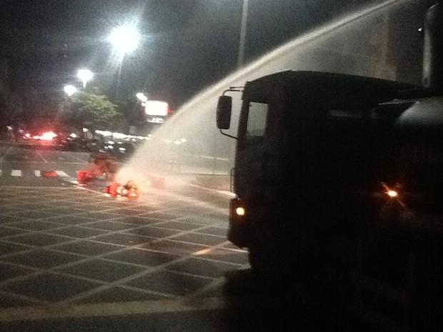 PM utilizou caminhão de jato d´água para apagar fogo de objetos   (Foto: Luís Bulcão/G1)