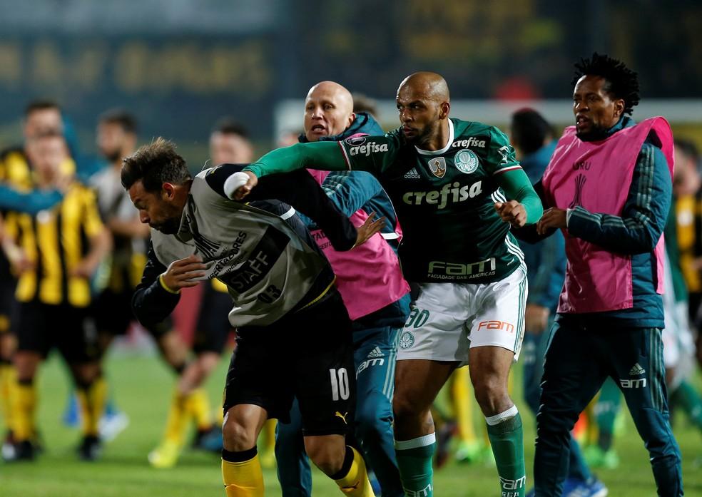 Felipe Melo dá soco em Matias Mier na briga de Peñarol x Palmeiras (Foto: REUTERS/Andres Stapff)