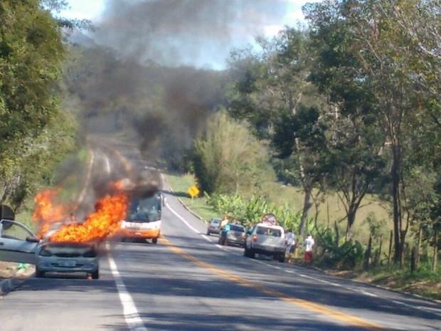 Incêndio destruiu um Corsa na BR 101, próximo ao Presídio de Xuri (Foto: Gleyson Santos/ Foto Leitor A Gazeta)